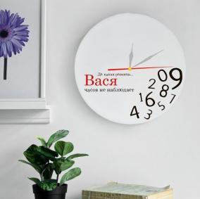 """Часы настенные с Вашим именем """"Часов не наблюдает"""" цена от 2 400 руб"""